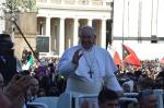 Le Pape François saluant les fidèles (Place St Pierre)